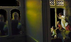 Huissiers dans la nuit derrière la porte