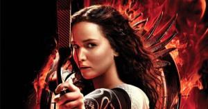 Dans Hunger Games, l'héroïne soldatesse dépasse tous les autres concurrents dont son piètre compagnon qu'elle protège physiquement tandis que lui joue de manipulation...